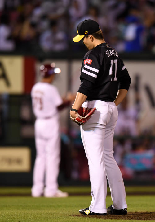 楽天対ソフトバンク 6回裏楽天2死一塁、ウィーラーに左越え2点本塁打を浴び肩を落とす千賀(撮影・横山健太)