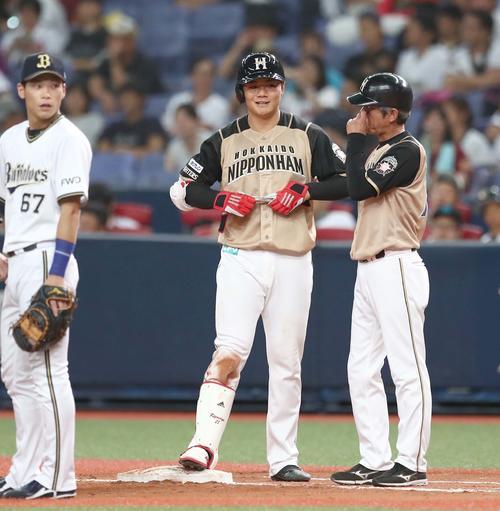 オリックス対日本ハム 8回表日本ハム1死一塁、中前打を放ち笑顔の清宮(撮影・黒川智章)