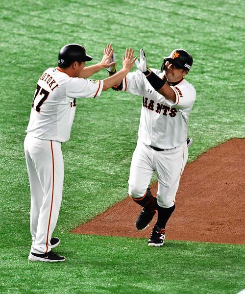 巨人対DeNA 4回裏巨人1死、阿部は右越えにソロ本塁打を放ち元木大介三塁コーチ(左)の祝福を受ける(撮影・小沢裕)