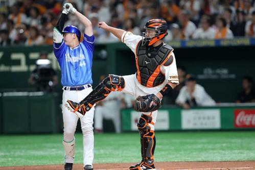 巨人対DeNA 1回表DeNA1死一塁、神里の盗塁で二塁に送球する巨人阿部、左は佐野(撮影・鈴木正人)