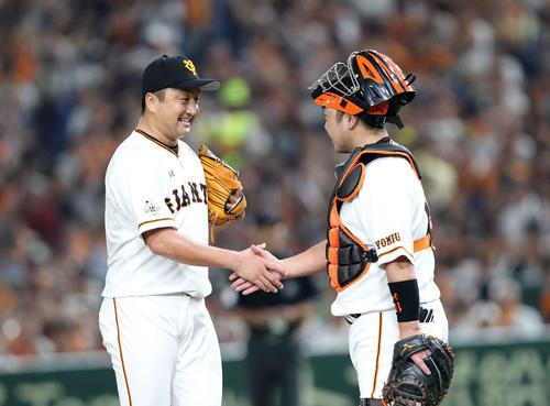 巨人対DeNA 2回表DeNA無死、沢村(左)をたたかず握手する巨人阿部(撮影・鈴木正人)