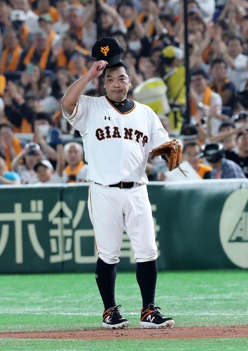 巨人対DeNA 2回表DeNA無死、捕手から一塁の守備につく巨人阿部(撮影・鈴木正人)