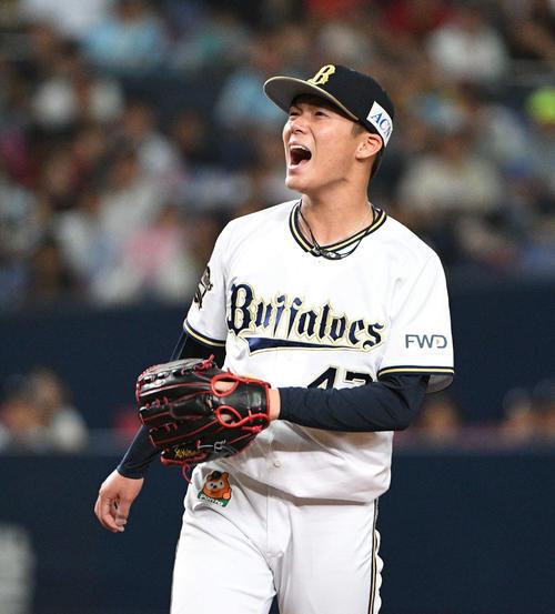 オリックス対ソフトバンク 4回表ソフトバンク2死満塁、松田宣を空振り三振に取り、ほえる山本(撮影・渦原淳)