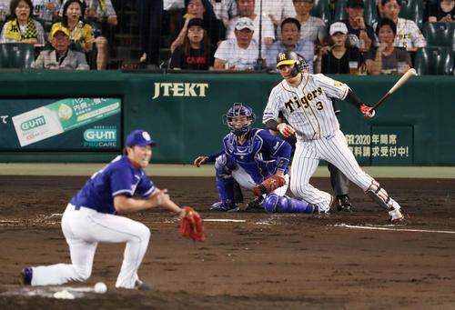 4回裏阪神1死一、二塁、先制の中前適時打を放つ大山。投手三ツ間(撮影・前田充)