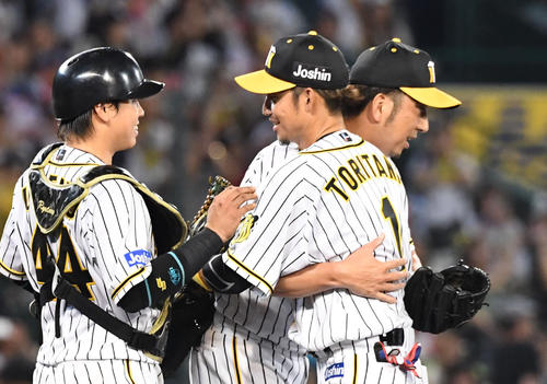 シーズン最終戦、中日を破り鳥谷は藤川と抱き合って喜ぶ左は梅野(撮影・奥田泰也)