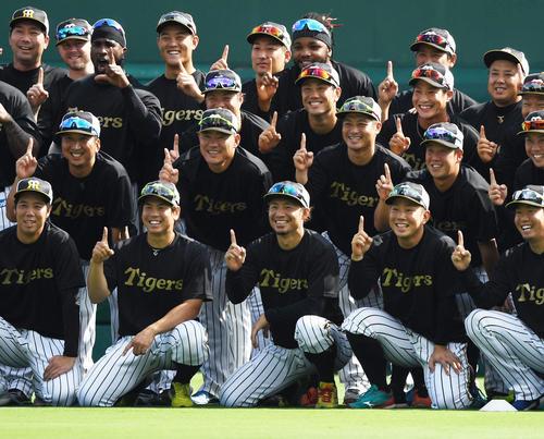 阪神での最終戦を迎えた鳥谷(前列中央)は、ナインと1番ポーズで記念撮影(撮影・奥田泰也)