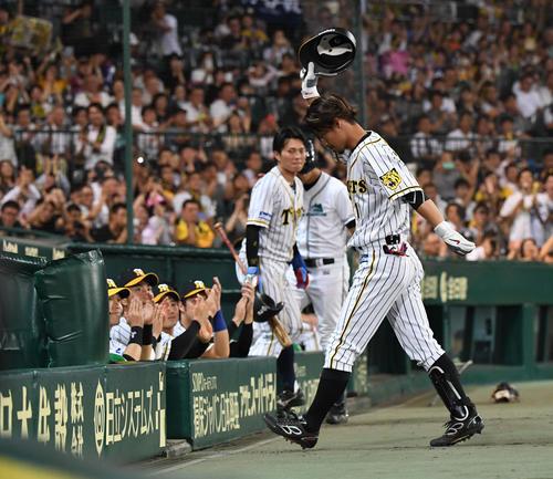 7回裏阪神無死、代打鳥谷は右飛に倒れ、ファンの声援に応えてベンチに戻る(撮影・奥田泰也)