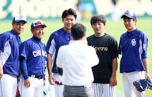 阪神対中日 試合前、引退を表明した高橋聡(右から2人目)は中日の選手・コーチたちと記念写真に納まる(撮影・上山淳一)