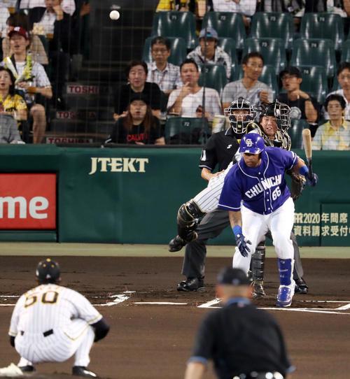 1回表中日2死一塁、京田の二塁盗塁を阻止する梅野(撮影・前田充)
