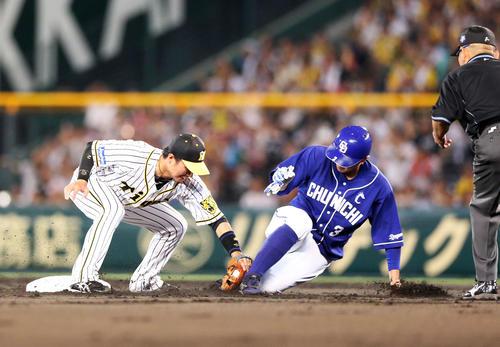 2回1死一塁、中日阿部が三振の時に走るもアウトとなる高橋、左は遊撃手北條(撮影・上山淳一)