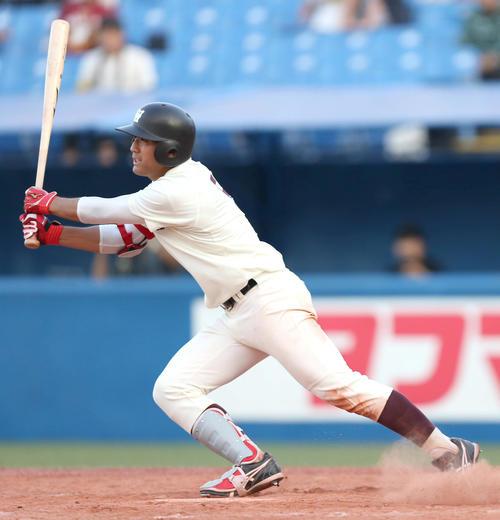 東大対早大、9回裏早大、2死一、三塁で中前に決勝打を放つ福岡(撮影・佐藤成)