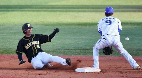 DeNA対阪神 5回表阪神2死一塁、打者福留のとき、二塁盗塁を決める近本。遊撃手大和(撮影・鈴木みどり)