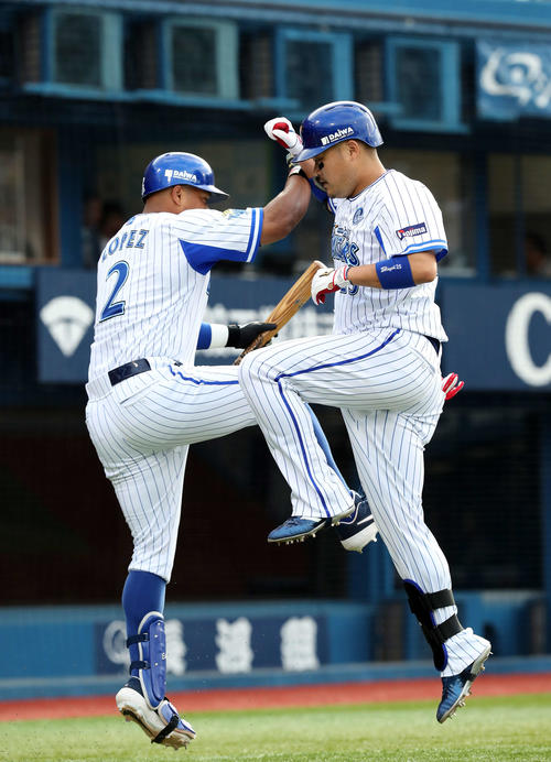 DeNA対阪神 3回裏DeNA無死、筒香(右)は左越え本塁打を放ちロペスとジャンプしてタッチ(撮影・鈴木正人)