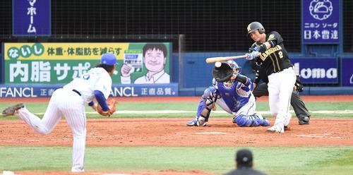 DeNA対阪神 5回表阪神2死一塁、左適時二塁打を放つ北條。投手浜口(撮影・鈴木みどり)