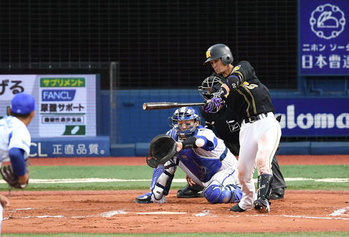 DeNA対阪神 6回表阪神2死三塁、左前適時打を放つ上本。投手今永(撮影・鈴木みどり)