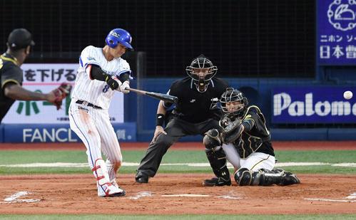 DeNA対阪神 6回裏DeNA2死二塁、左適時二塁打を放つ神里。投手ガルシア(撮影・鈴木みどり)