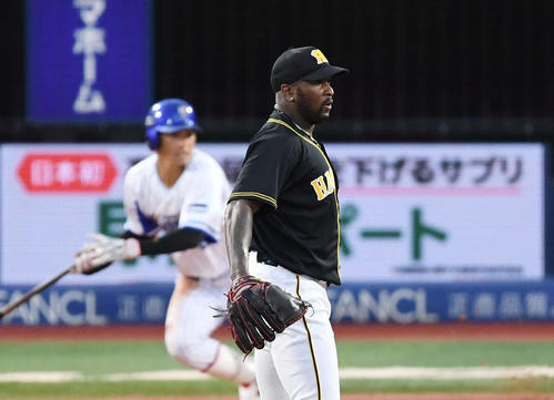 DeNA対阪神 6回裏DeNA2死二塁、神里に左適時二塁打を浴びるガルシア(撮影・鈴木みどり)