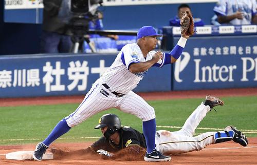 DeNA対阪神 8回表阪神無死、一塁へヘッドスライディングするも三ゴロに倒れる梅野(撮影・鈴木みどり)