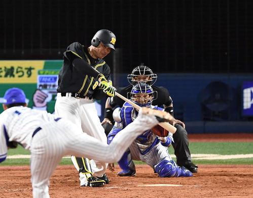 DeNA対阪神 9回表阪神2死、右越えソロ本塁打を放つ福留。投手山崎(撮影・鈴木みどり)