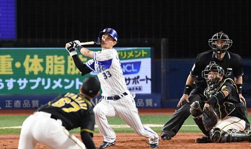 DeNA対阪神 9回裏DeNA1死一塁、右越えにサヨナラ本塁打を放つ乙坂。投手岩崎(撮影・鈴木みどり)