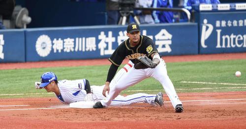 DeNA対阪神 1回裏DeNA無死、二塁へ内野安打を放ち、一塁へヘッドスライディングする神里。一塁手マルテ(撮影・鈴木みどり)