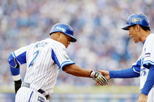 DeNA対阪神 1回裏DeNA2死二塁、ロペスは左越え2点本塁打を放つ(撮影・加藤哉)