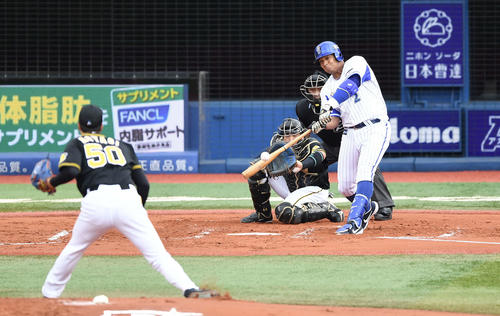 DeNA対阪神 1回裏DeNA2死二塁、先制の左越え2点本塁打を放つロペス。投手青柳(撮影・鈴木みどり)