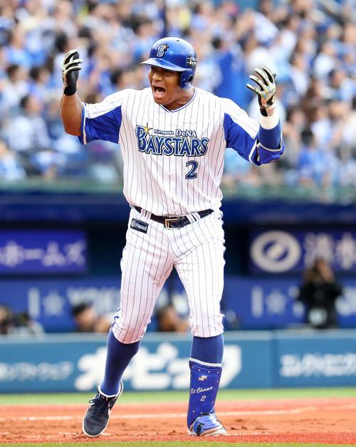 DeNA対阪神 1回裏DeNA2死二塁、ロペスは左越え本塁打を放ちベンチに向け雄たけびを上げる(撮影・鈴木正人)