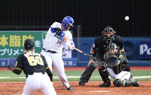 DeNA対阪神 3回裏DeNA無死、左越えソロ本塁打を放つ筒香。投手青柳(撮影・鈴木みどり)
