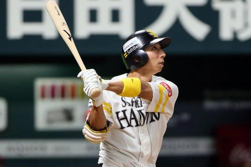 ソフトバンク対楽天 4回裏ソフトバンク無死、福田秀平は右越えに勝ち越しソロ本塁打を放つ(撮影・栗木一考)