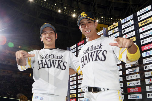 ソフトバンク対楽天 お立ち台でももクロポーズをする石川柊太(左)と福田秀平(撮影・栗木一考)