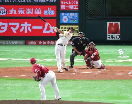 ソフトバンク対楽天 1回裏ソフトバンク2死、柳田悠岐は右越えに同点本塁打を放つ(撮影・梅根麻紀)