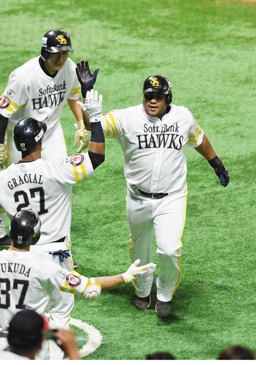 ソフトバンク対楽天 3回裏ソフトバンク2死二塁、デスパイネは左越えに勝ち越しの2点本塁打を放ち柳田らに迎えられる(撮影・今浪浩三)