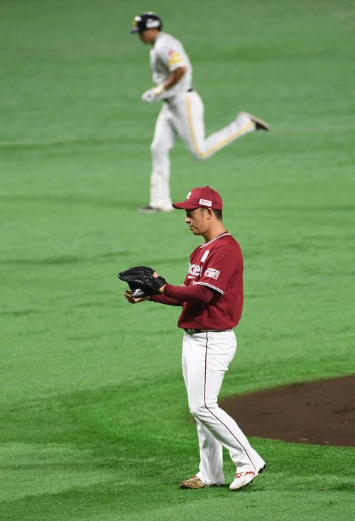 1回裏ソフトバンク2死、先発の美馬学は柳田悠岐に同点のソロ本塁打を浴びる(撮影・今浪浩三)