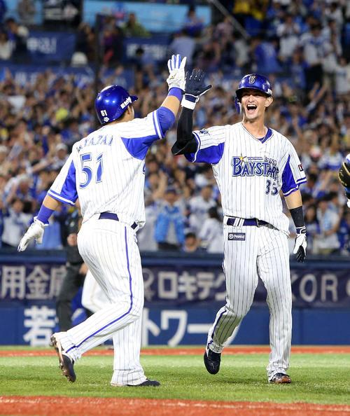 DeNA対阪神 サヨナラ勝ちで宮崎(左)とタッチするDeNA乙坂(撮影・鈴木正人)