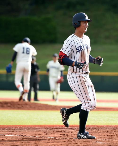 仙台大対東北福祉大 10回表仙台大1死満塁、勝ち越しの満塁本塁打を放った川村。後方左は打たれた東北福祉大・津森