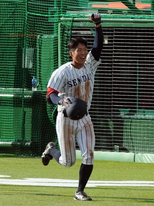 仙台大対東北福祉大 タイブレークの延長10回表、仙台大1死満塁。3番川村が右翼越えに決勝の満塁本塁打を放ち、ガッツポーズ