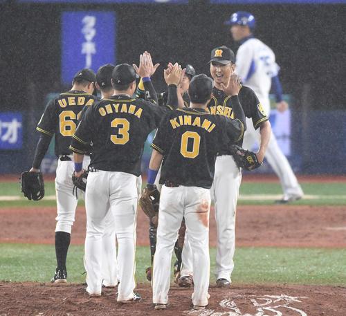DeNA対阪神 DeNAに勝利し、笑顔でナインとハイタッチする阪神藤川(右)(撮影・鈴木みどり)