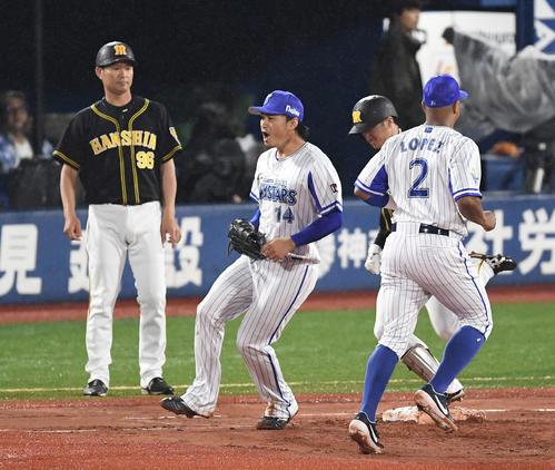 DeNA対阪神 4回表阪神2死満塁、近本を一ゴロに仕留め、ほえる石田(撮影・鈴木みどり)