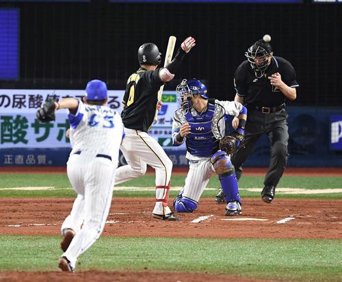 DeNA対阪神 6回表阪神1死三塁、打者木浪のとき、暴投で三塁走者高山の生還許す国吉。捕手伊藤(撮影・鈴木みどり)