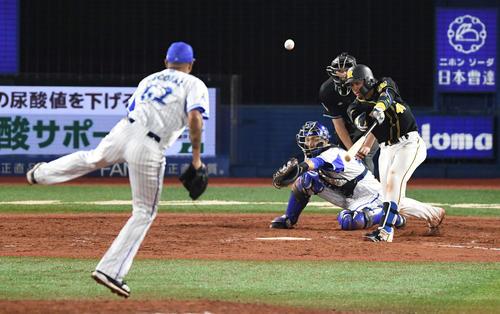 DeNA対阪神 8回表阪神1死三塁、中犠飛を放つ梅野。投手エスコバー(撮影・鈴木みどり)