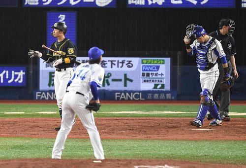 DeNA対阪神 4回表阪神2死一、二塁、四球を選ぶ代打鳥谷。投手石田(撮影・鈴木みどり)
