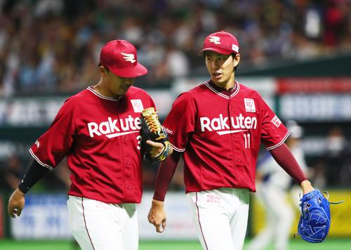 ソフトバンク対楽天 立ち上がりの2回を無失点で抑えた楽天岸(右)は二塁手浅村と会話を交わしながらベンチに戻る(撮影・足立雅史)