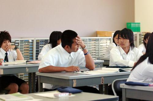 ドラフトでロッテに1巡目指名を受けた八重山商工の大嶺祐太は授業の合間に添石校長から報告を受け複雑な表情を見せる(2006年9月25日撮影)