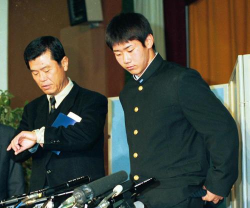 98年11月、ドラフトで西武に指名された松坂(右)と会見する横浜・渡辺監督