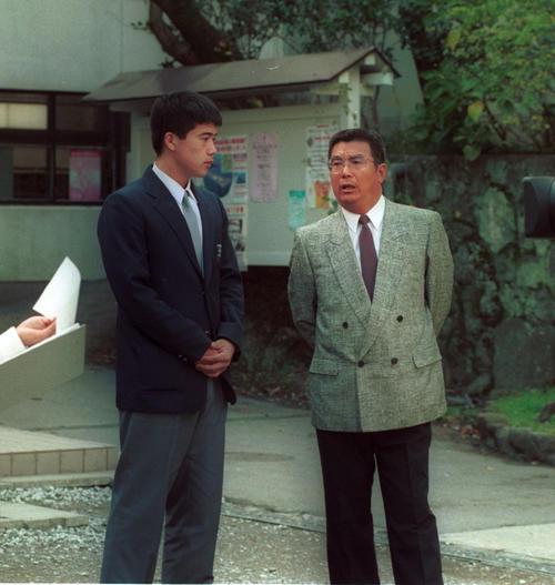 ダイエーから1位指名を受けた城島(左)と別府大府・糸永監督(1994年11月19日撮影)