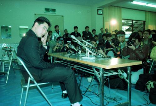 89年11月、ダイエーにドラフト1位で指名されたが、意中の球団・巨人ではなく苦悩の表情を浮かべる元木大介