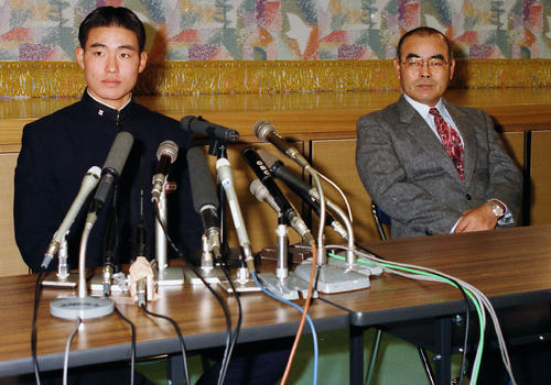 ドラフト会議で近鉄が交渉権を獲得し、PL学園・中村監督(右)とともに会見する福留(1995年11月12日撮影)