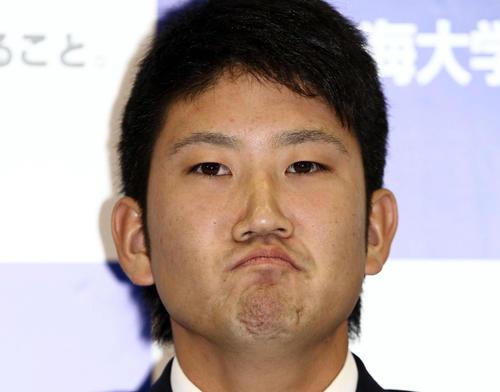 「プロ野球ドラフト会議 supported by TOSHIBA」 日本ハムが交渉権を獲得した後、悔しそうな表情で会見を行う東海大・菅野(2011年10月27日撮影)