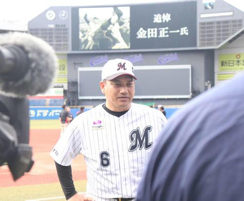 ロッテ井口監督は金田氏の死去を受け、練習前に取材に応じる(撮影・久永壮真)